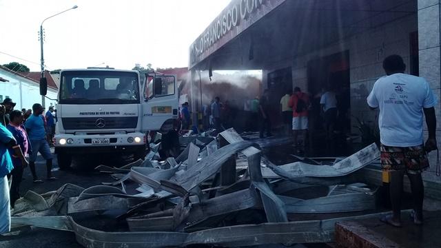 Incêndio de grande proporção destrói comércio de material de construção no centro de José de Freitas e causa prejuízos