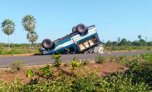 D-20 capota e deixa passageiros feridos na zona rural de José de Freitas