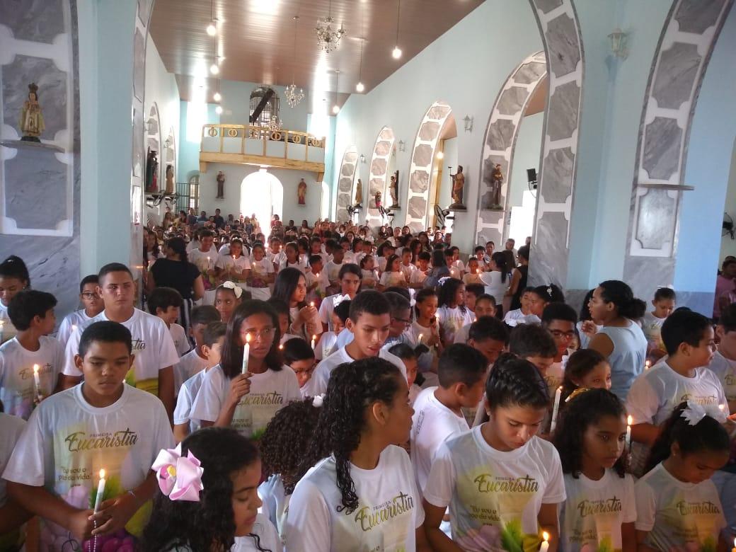 Dezenas de crianças recebem a Primeira Eucaristia em José de Freitas