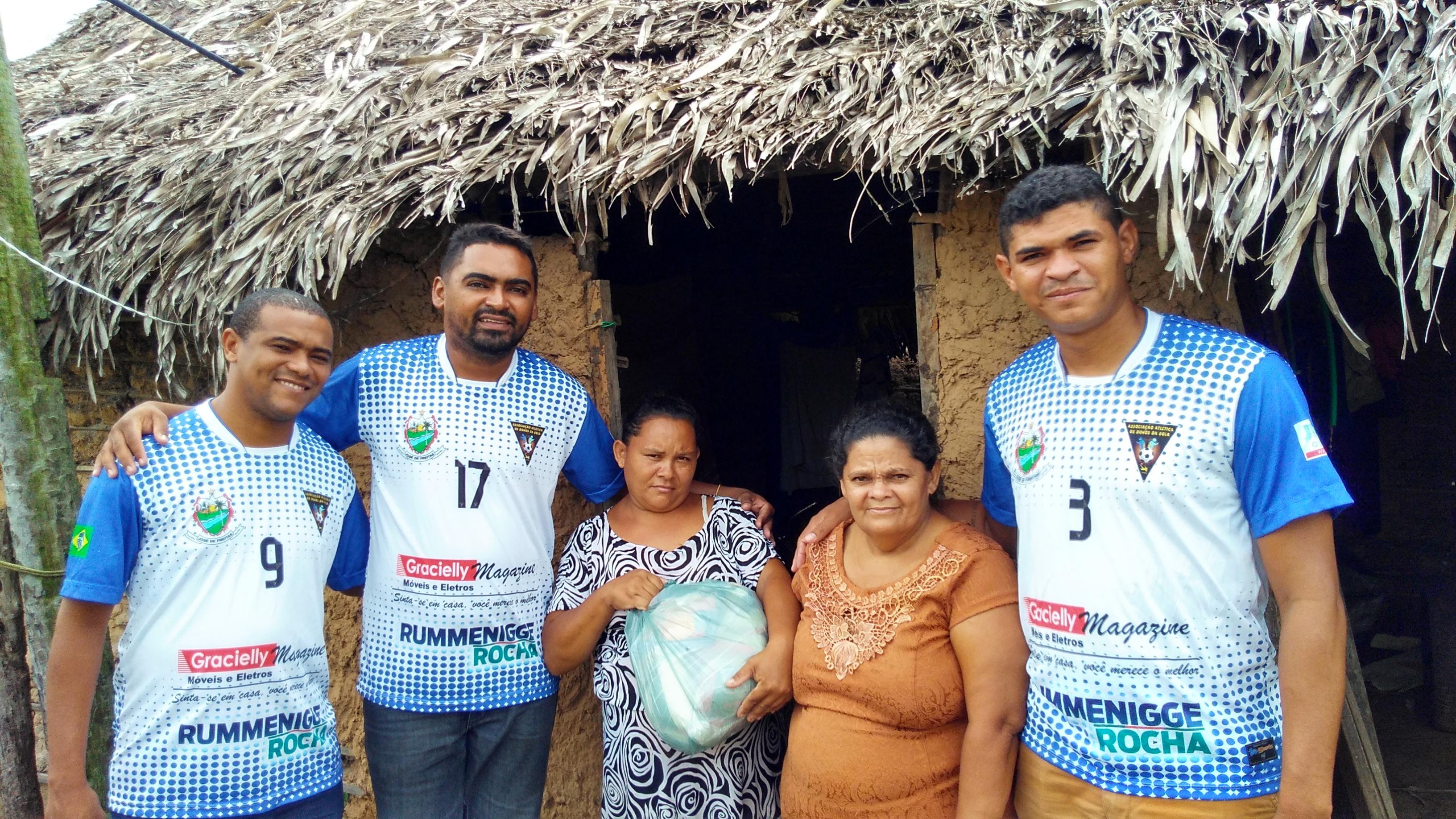 Associação Atlética Os Donos da Bola entrega cestas básicas para famílias carentes de José de Freitas
