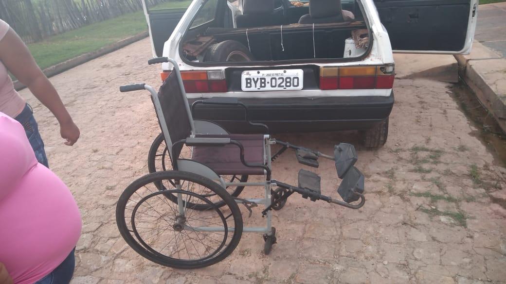 Radialista entrega cadeira de rodas para idosa de 76 anos de idade em José Freitas