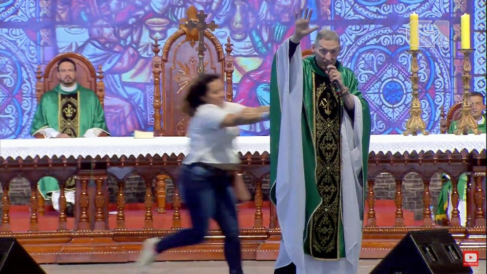 Após ser empurrado de altar, Padre Marcelo Rossi diz que registrou 'BO': 'Bíblia e oração'