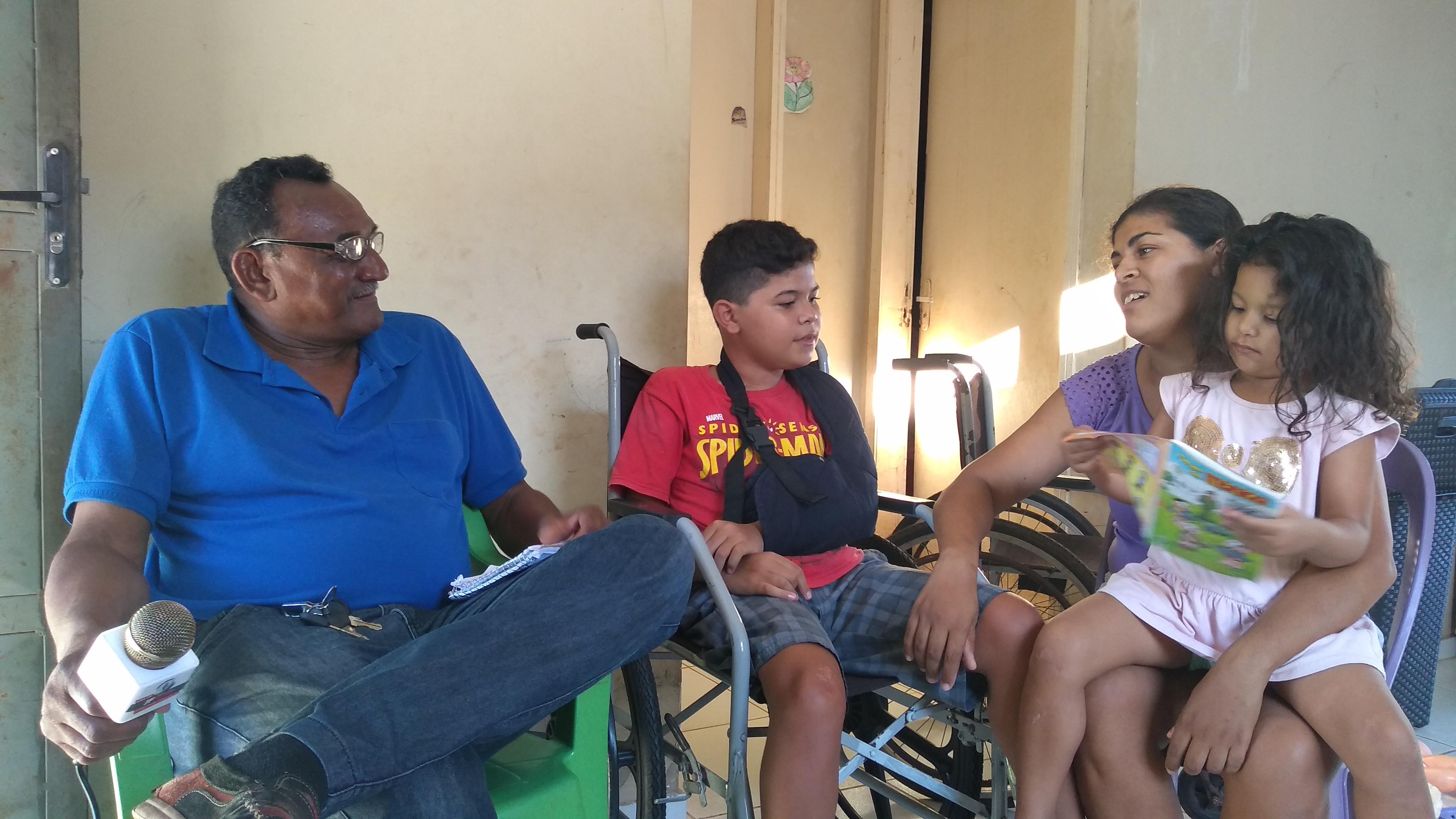 Garoto de 10 anos de idade recebe cadeira de rodas do Radialista F. Mendes em José de Freitas
