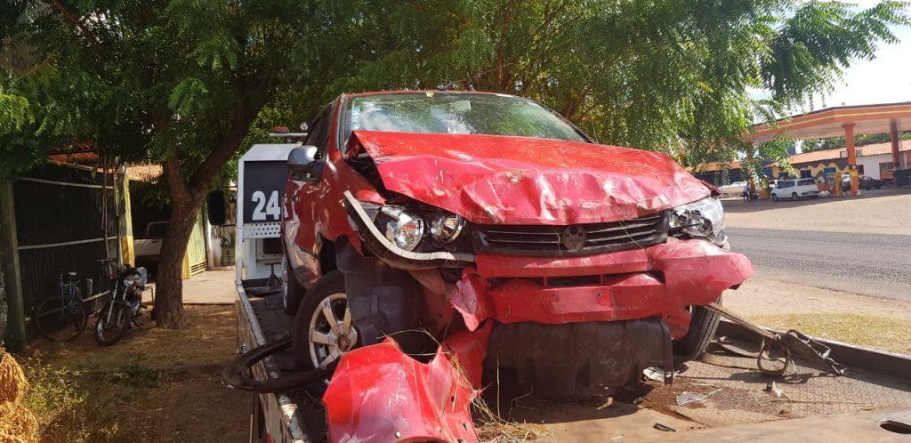 Motorista perde o controle do carro, desce aterro e bate em árvore na PI-113 em José de Freitas