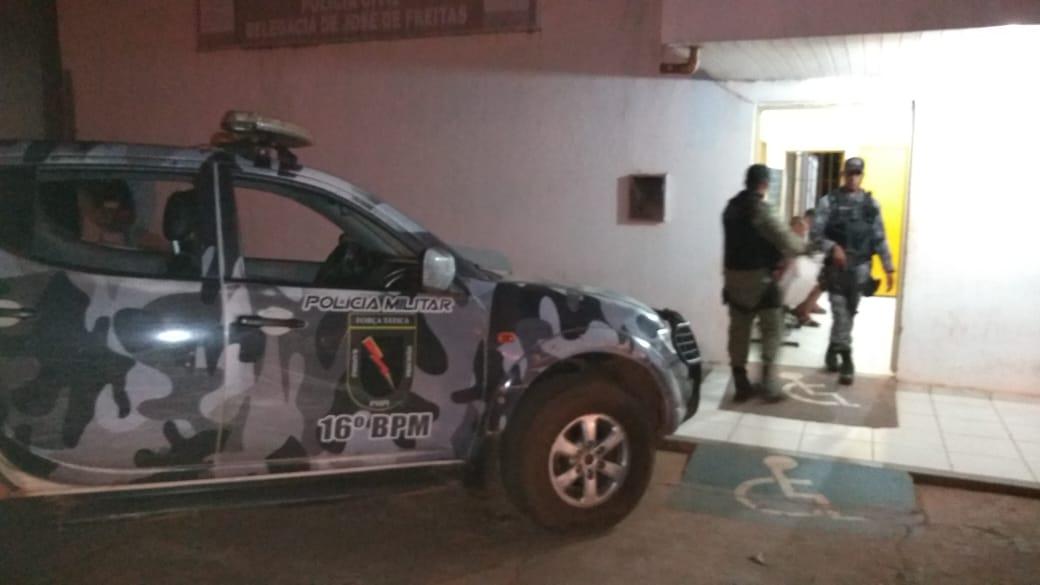Polícia Militar de José de Freitas prende dois homens acusados de assaltar veículo de Professora