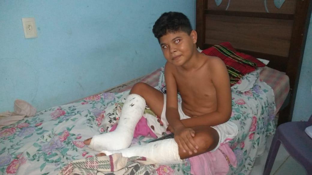 Apresentador do programa Barra Pesada da Rádio Livramento de José de Freitas  entrega mais uma cadeira de Banho