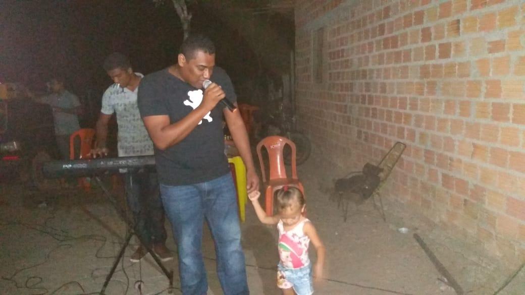 Cantor freitense M.J se emociona durante show na zona rural de José de Freitas