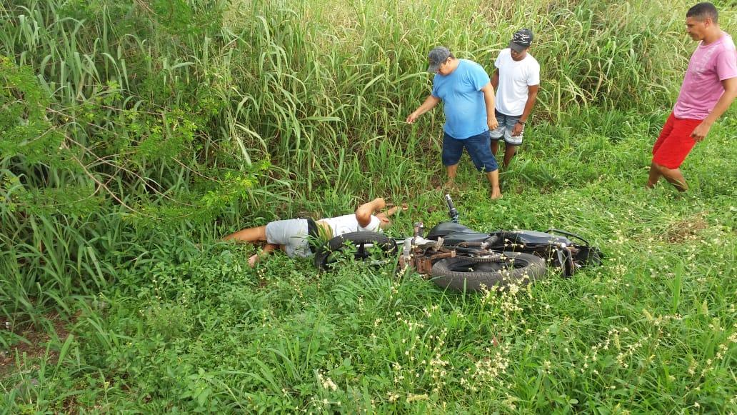 jovem perde controle da motocicleta e desce aterro em José de Freitas