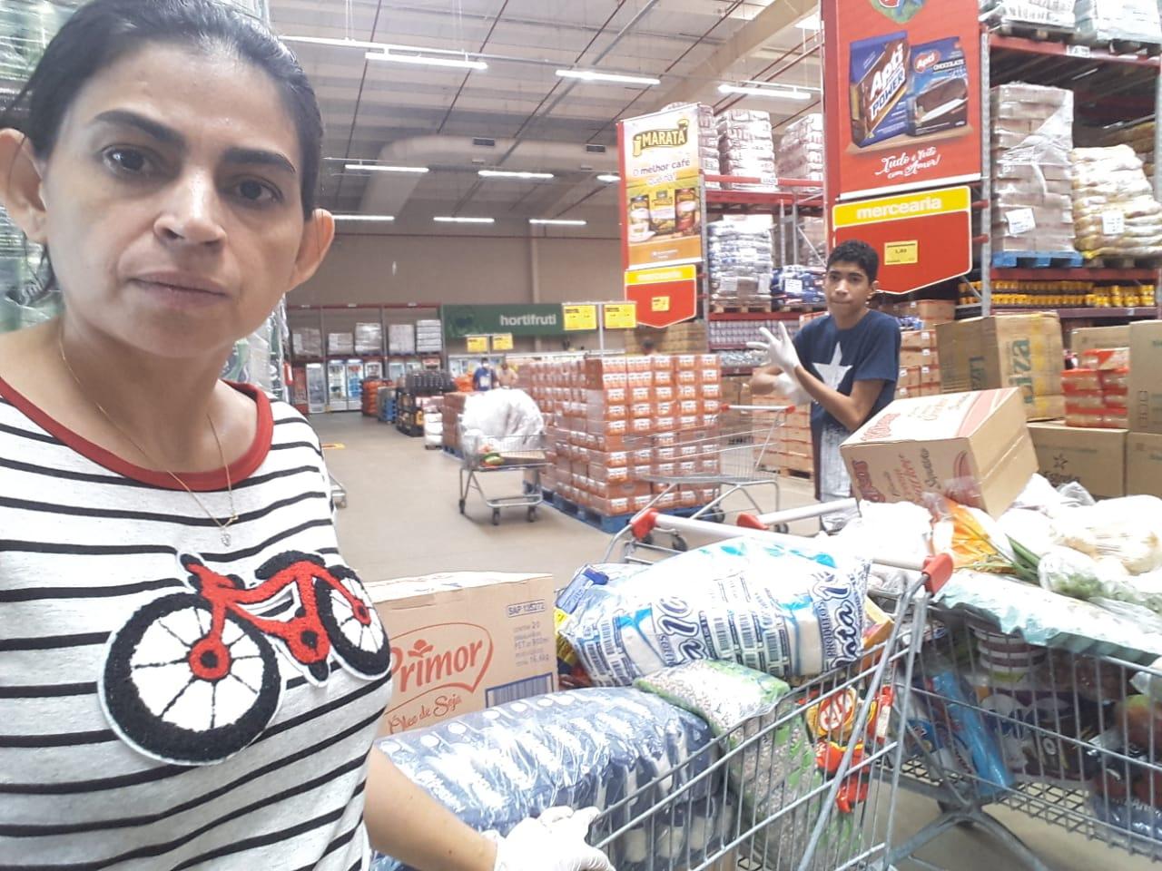 Assistente Social Freitense do Projeto Social Juntos Pela Causa usa salário para ajudar Famílias com cestas basícas
