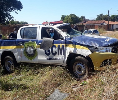 Viatura da Guarda Municipal capota e agentes ficam feridos