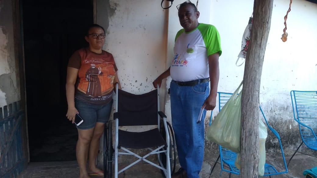 Idoso de José de Freitas recebe cadeira de rodas doado pelo programa Barra Pesada